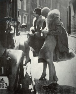 Fashionable women in Berlin during the economic recovery after 1924 .